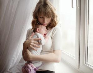 Новорожденный плачет у мамы на руках