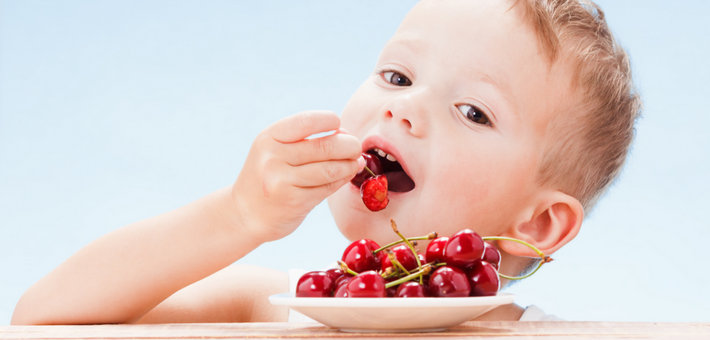 Ребенок ест вишню