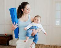 женщина с ребенком идет заниматься спортом