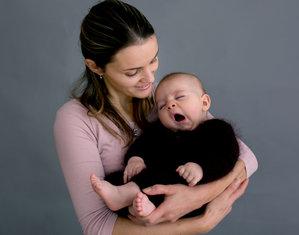 Малыш на руках у мамы зевает