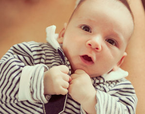 Малыш в полосатой футболке