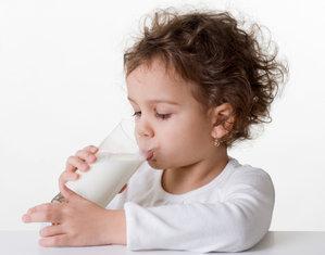 С какого возраста можно давать коровье молоко ребенку? Аллергия у маленьких детей на коровий белок, со скольки месяцев давать