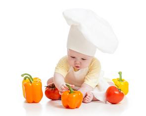 Ребенок с овощами сидит