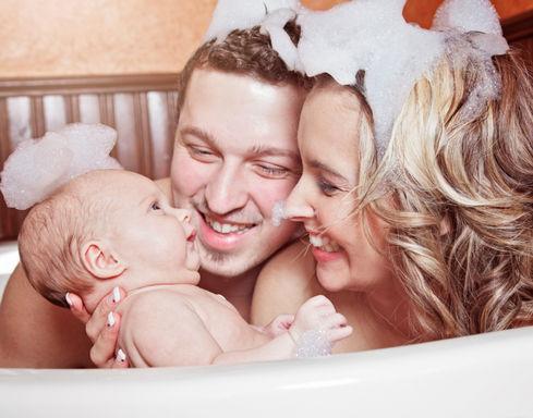 родители с ребенком в ванной