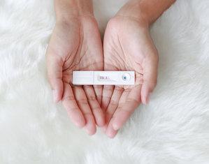 Тест на беременность в руках