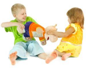 дети делят игрушку