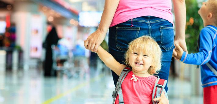 Мама и дети в аэропорту