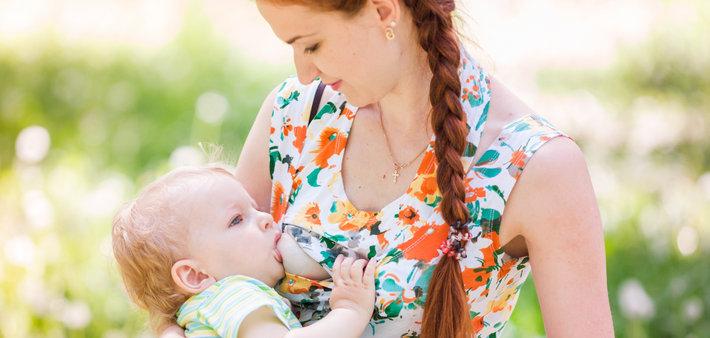 Мама и малыш во время грудного вскармливания