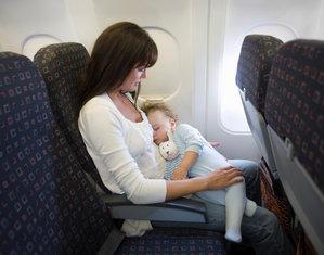 Мама с грудничком в самолете
