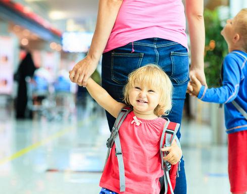 мама с ребенком в аэропорту