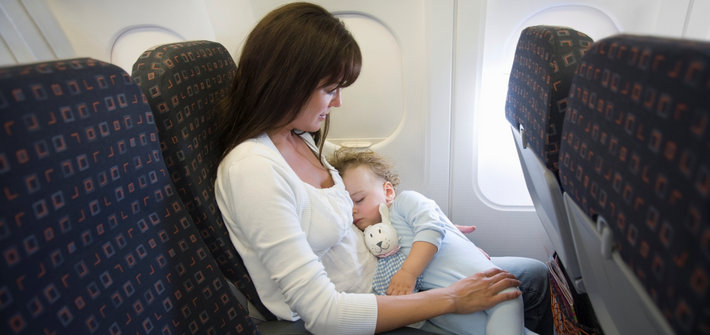 Мама с ребенком в самолете