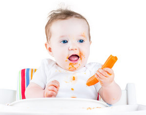 Ребенок ест морковь