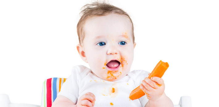 Ребенок с морковью в руках