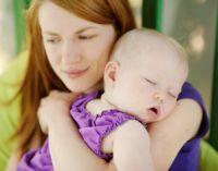 ребенок заснул на маминых руках