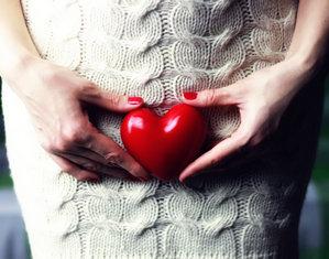 Женщина с сердцем на животе