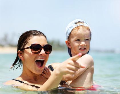 Мама купается с ребенком в море