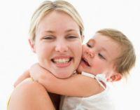 Мама обнимается с ребенком