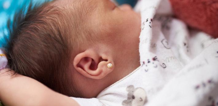 Младенец с сережкой
