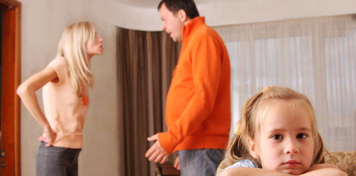 Ребенок и родители ссорятся