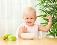 Ребенок плачет за столом