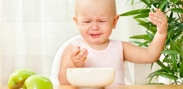 Ребенок за столом плачет