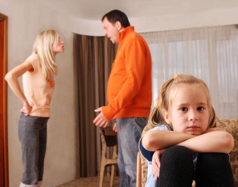 Родители сорятся при дочке