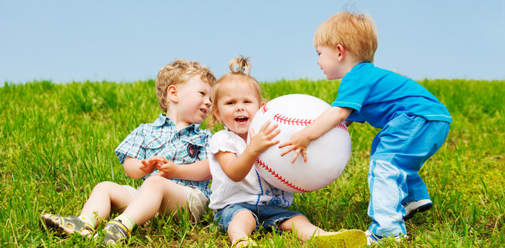 Дети на траве с мячиком