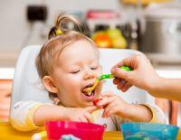 Девочка кушает с ложки