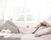 Беременная лежит