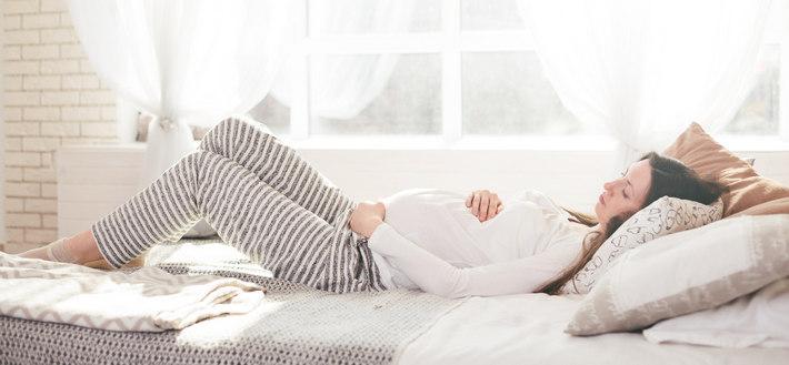 Беременная лежит грустит