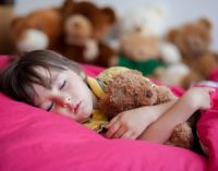 Девочка с мишкой спит