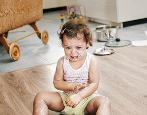 Малыш плачет сидя на полу