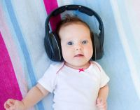 малыш слушает музыку