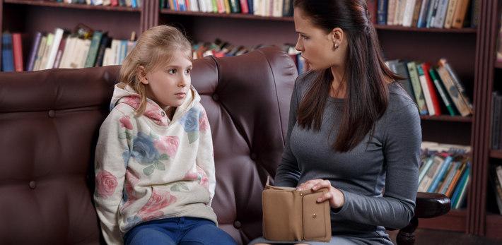 Мама и дочь беседуют по поводу денег