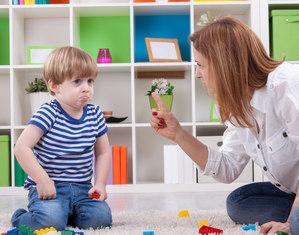 Мама ругает мальчика