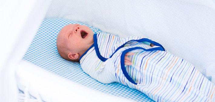Младенец спит в пеленке