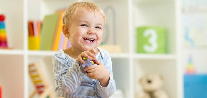 Ребенок сидит и смеется
