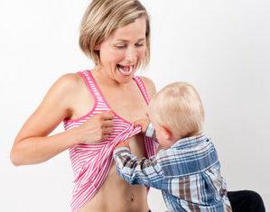 ребенок задирает мамину одежду