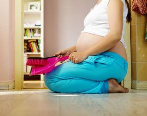 Беременная подметает