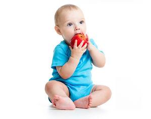 Грудничок ест яблоко