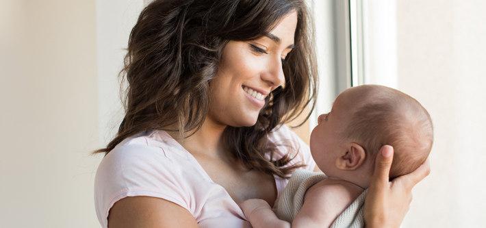 Мама держит младенца