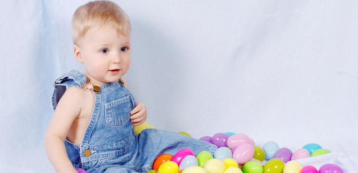 Ребенок сидит в шариках