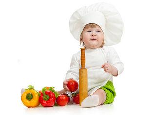 девочка играет с овощами