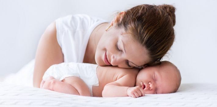 мама и новорожденный нежно прижаты