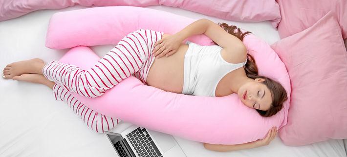 беременная женщина спит на подушке для беременных