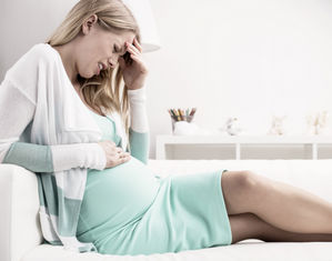 беременная расстроена держится за живот