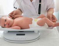 117548672, новорожденный, ребенок, весы, лежит, памперс, врач, подгузник