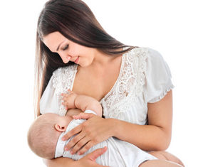женщина кормит грудью улыбается