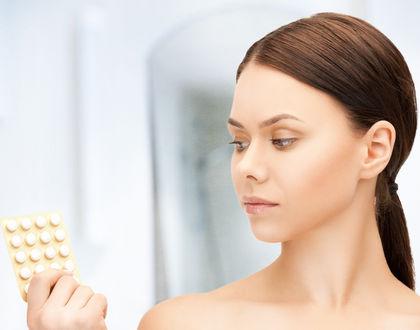 женщина смотрит на таблетки