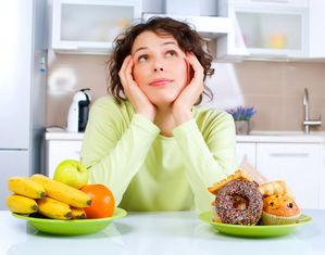 женщина выбирает еду